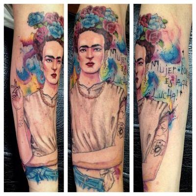 Frida Kahlo done by Victor Octaviano at Puros Cabrones Tattoo in Santo André, SP.  Mujer bonita es la que lucha.