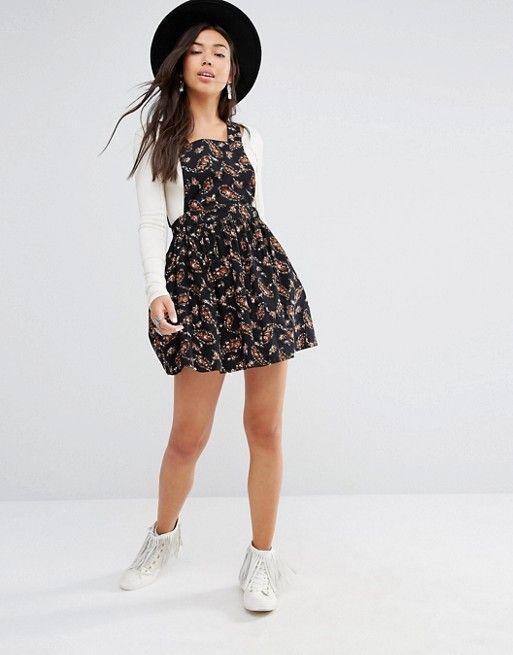 832abb253 Boohoo   Vestido estilo pichi de pana con estampado de florecitas de ...