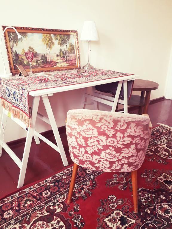 Schöne Sitzecke Mit Sessel Und Teppich In Blumenmuster
