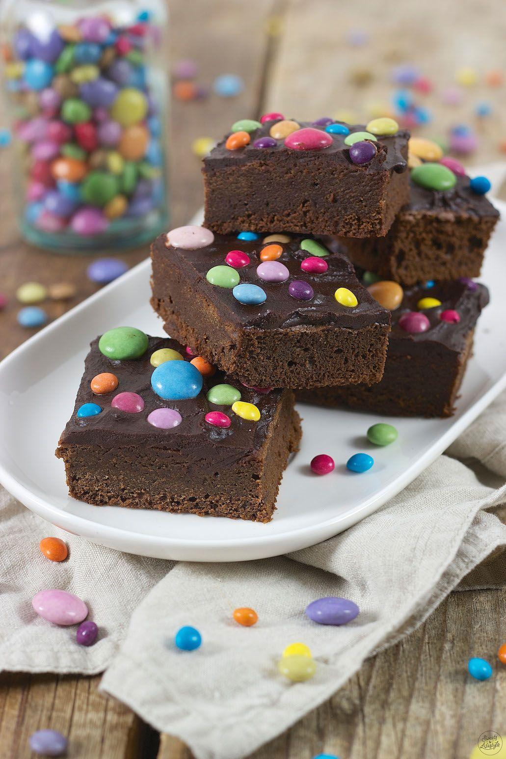 Saftige Brownies mit Smarties - Rezept - Sweets & Lifestyle® #tortegeburtstag
