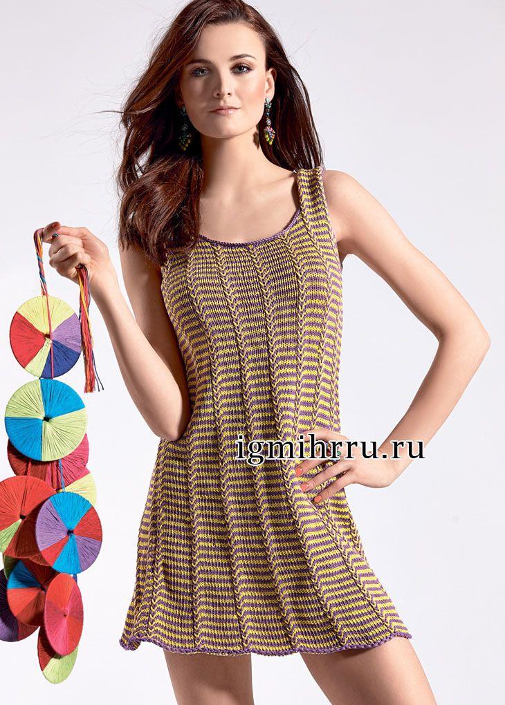 Расклешенное летнее мини-платье в полоску, связанное вкруговую. Вязание спицами