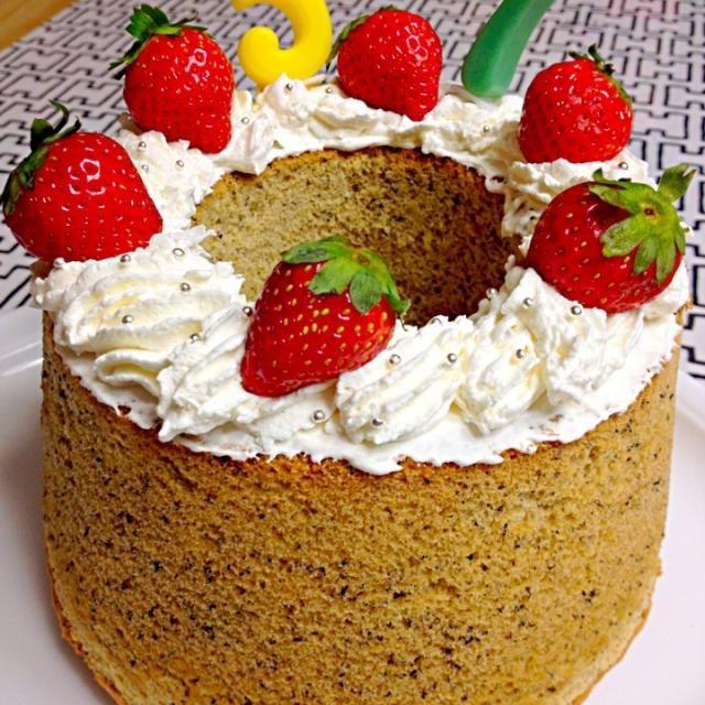昨日は、57歳の誕生日(#^.^#) なぜか、はりきって手作りシフォンケーキにデコ…  くららさんのシフォンケーキ⭐付けていて、自分へのプレゼント(笑)  SDの皆さんおかげで、毎日楽しんでます(♪й♪)感謝でーす  くららさん、年齢はおばあちゃんですがsoraちゃんと呼ばれて舞い上がってます これからも☆⌒(人'ω`%)ヨロシク☆・。*。・♪ - 107件のもぐもぐ - くららさんの紅茶シフォンケーキ☆で、自分へのプレゼント(#^.^#) by soracafe