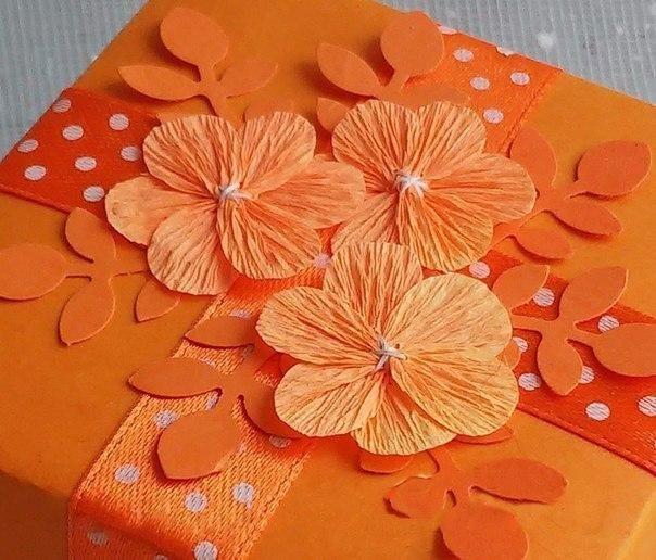 Цветок из гофрированной бумаги для открытки