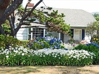 Near Cannon Beach, 1/2 block to secluded beach, Pet-friendly!