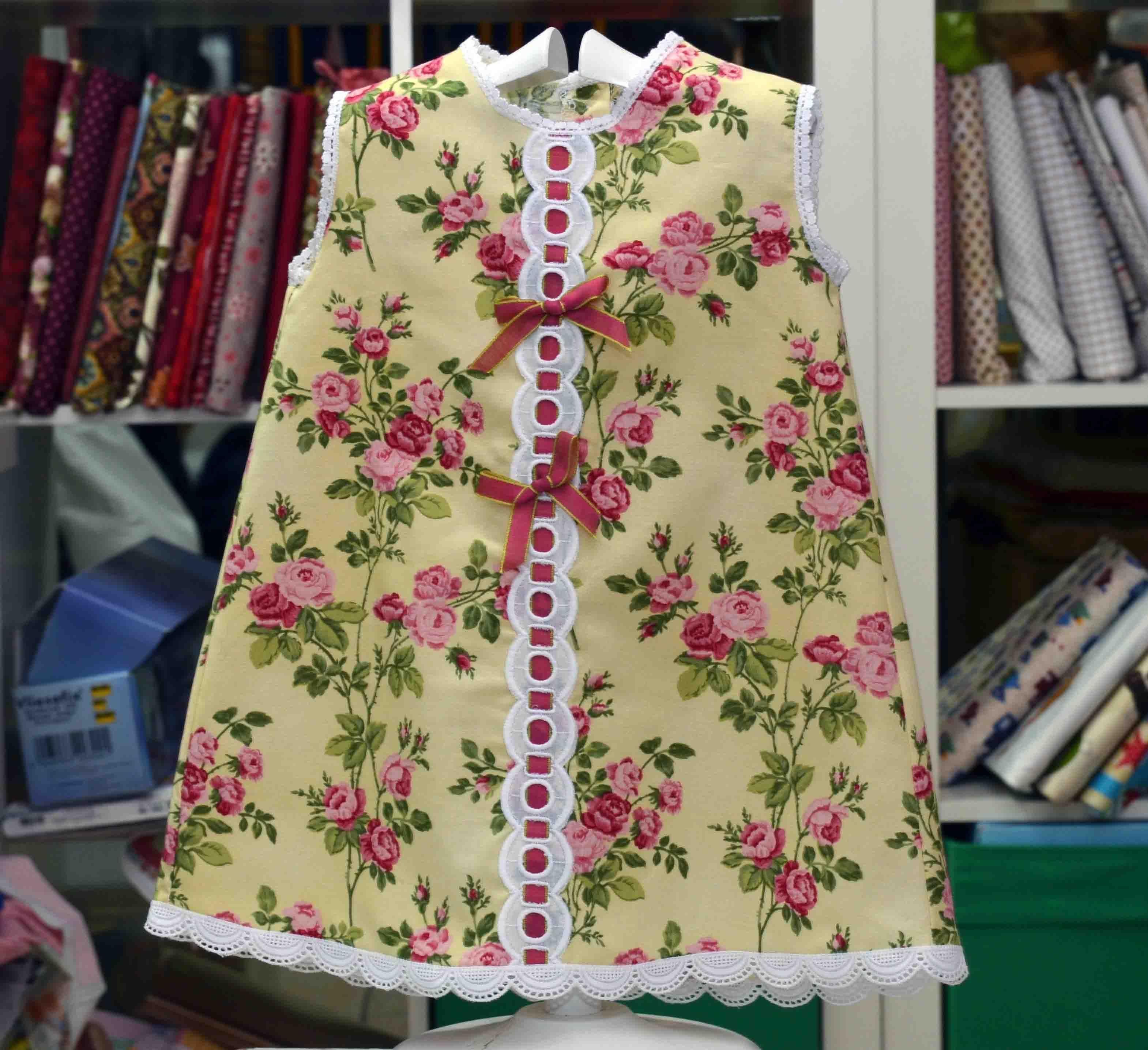 Y más vestidos infantiles, unos proyectos que están gustando mucho. No es para menos porque se trata de unas prendas realmente bonitas y sobre todo muy personales. Ahora que es complicado diferenciarse, hacer las cosas uno mismo, es una manera inmejorable. Una tela bonita, un par de detalles y tenéis esta preciosidad.