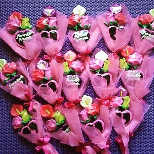 Naim Fitria On Instagram Buket Ekonomis Isi 4 1 Lily 2 Mawar 1 Lolly Valentine Price Idr 25k With Box 30k Coklatvalentine About Lollies Valentine Kado