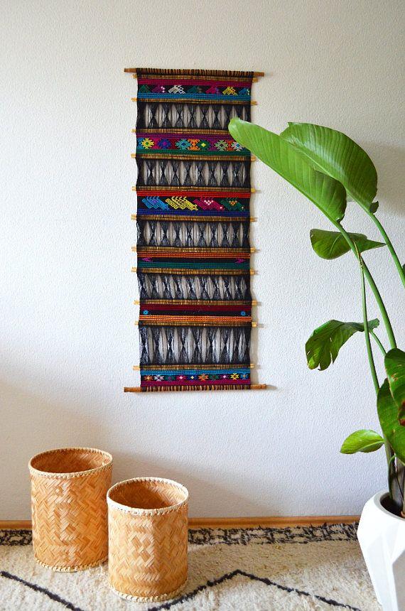 Grande tissé et brodé Tenture murale avec des motifs ethniques.  Très bon état et une décoration de la grande muraille pour votre maison boho.  Dimensions:  108 x 51 cm  42, 5 x 20 pouces  Expédition dans le monde de Berlin, en Allemagne.