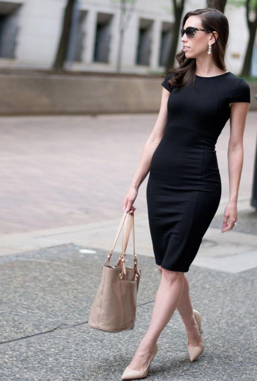 Vestido negro con tacones