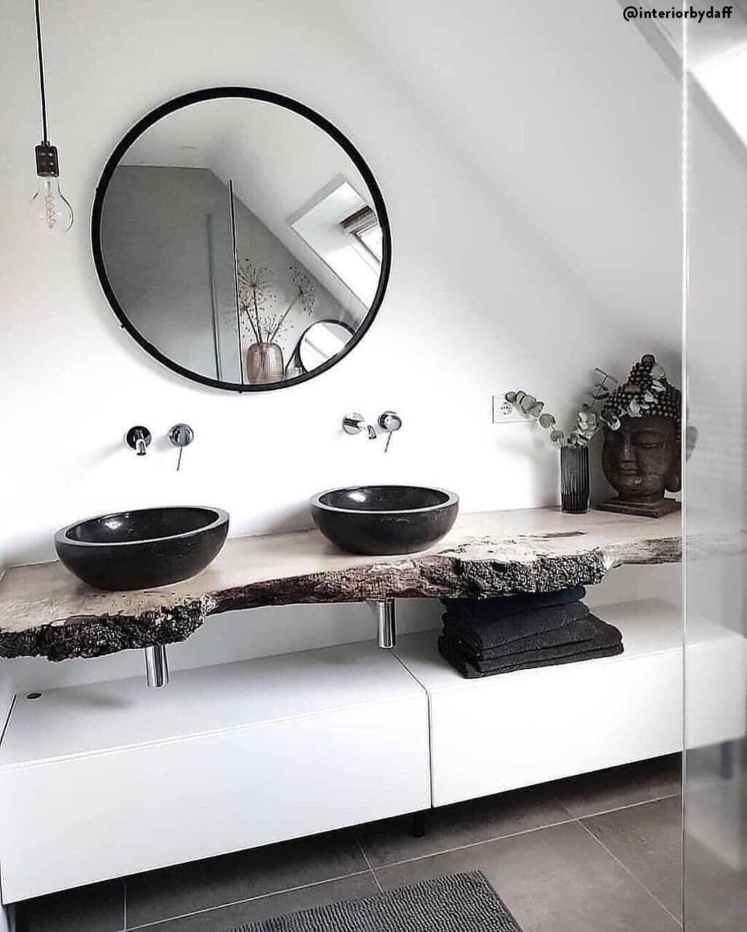 Piękna łazienka Z Dwoma Umywalkami Na Surowym Drewnianym