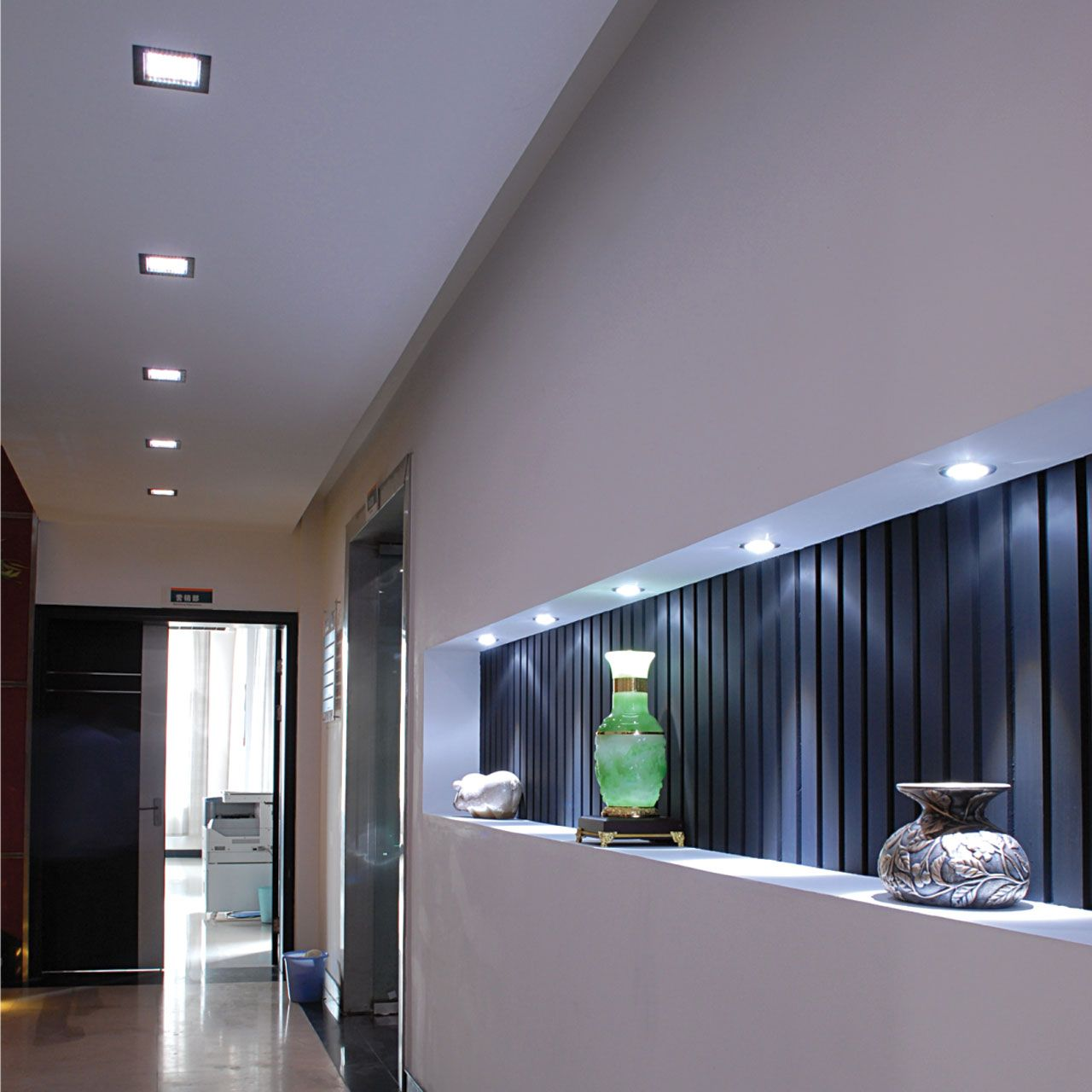 Un corridoio illuminato con faretti led a incasso for Faretti a incasso