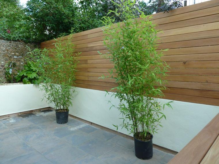 Jard n al estilo minimalista con valla de madera vallas for Decoracion vallas jardin
