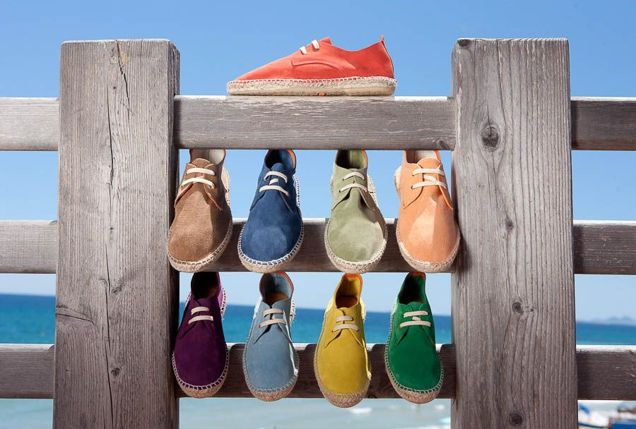Cuando pensamos en un calzado artesanal pensamos en comodidad, calidez, confianza, historia. Imaginamos unas habilidosas y curtidas manos trabajando los materiales, formando, pieza a pieza unos zapatos con los que caminar. Zapatos que unirán a su dueño con la tierra. Ese concepto en Abarca Shoes adquiere una mayor intensidad. Nacida en 2011 en Murcia, la marca trabaja todas sus prendas …