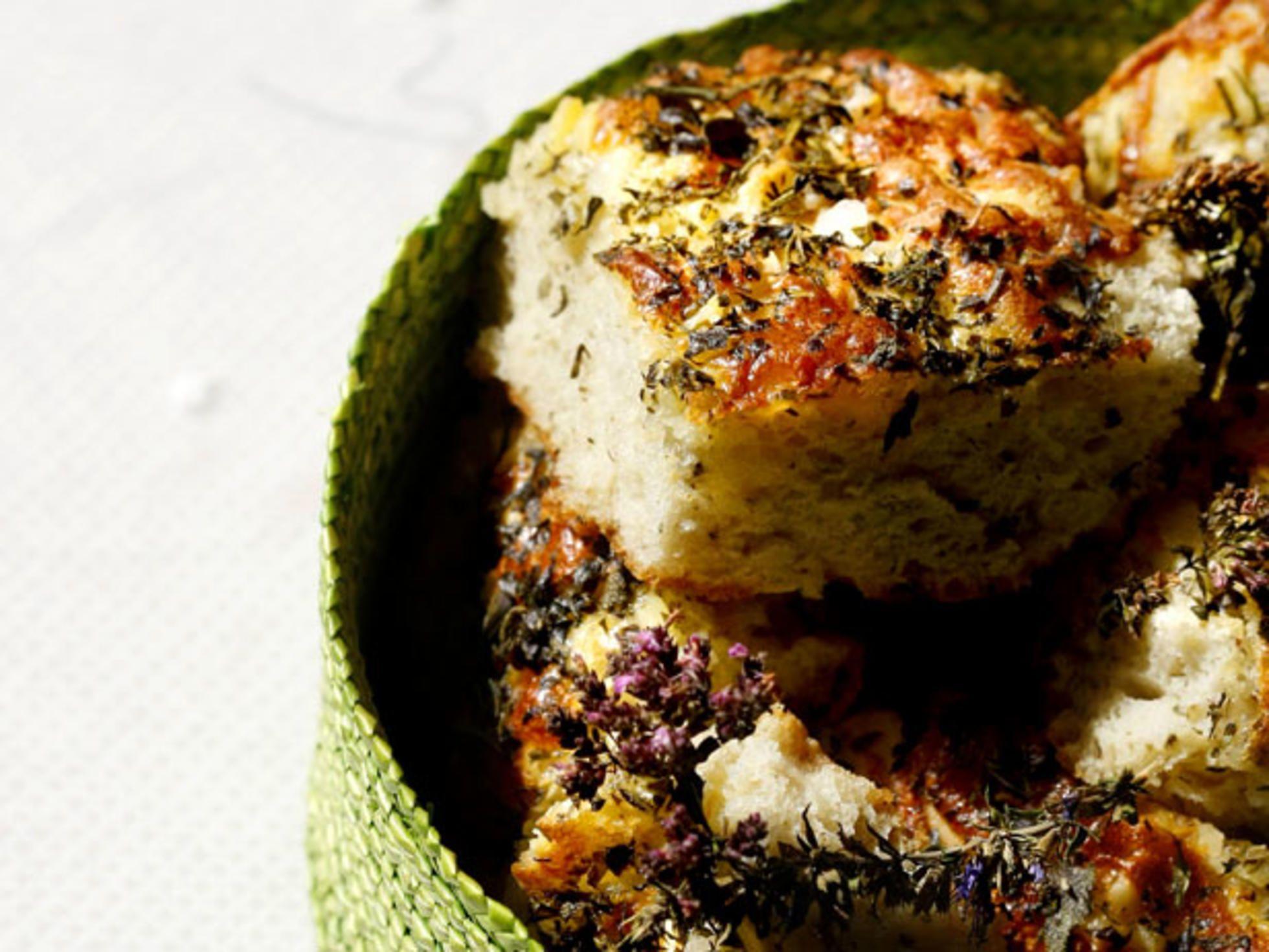 Prøv dette fantastiske urtebrødet. Det er en annen variant av det populære foccacia brødet. Smaker nydelig både til supper og ulike typer salater.Kilde: Fedrelandsvennen