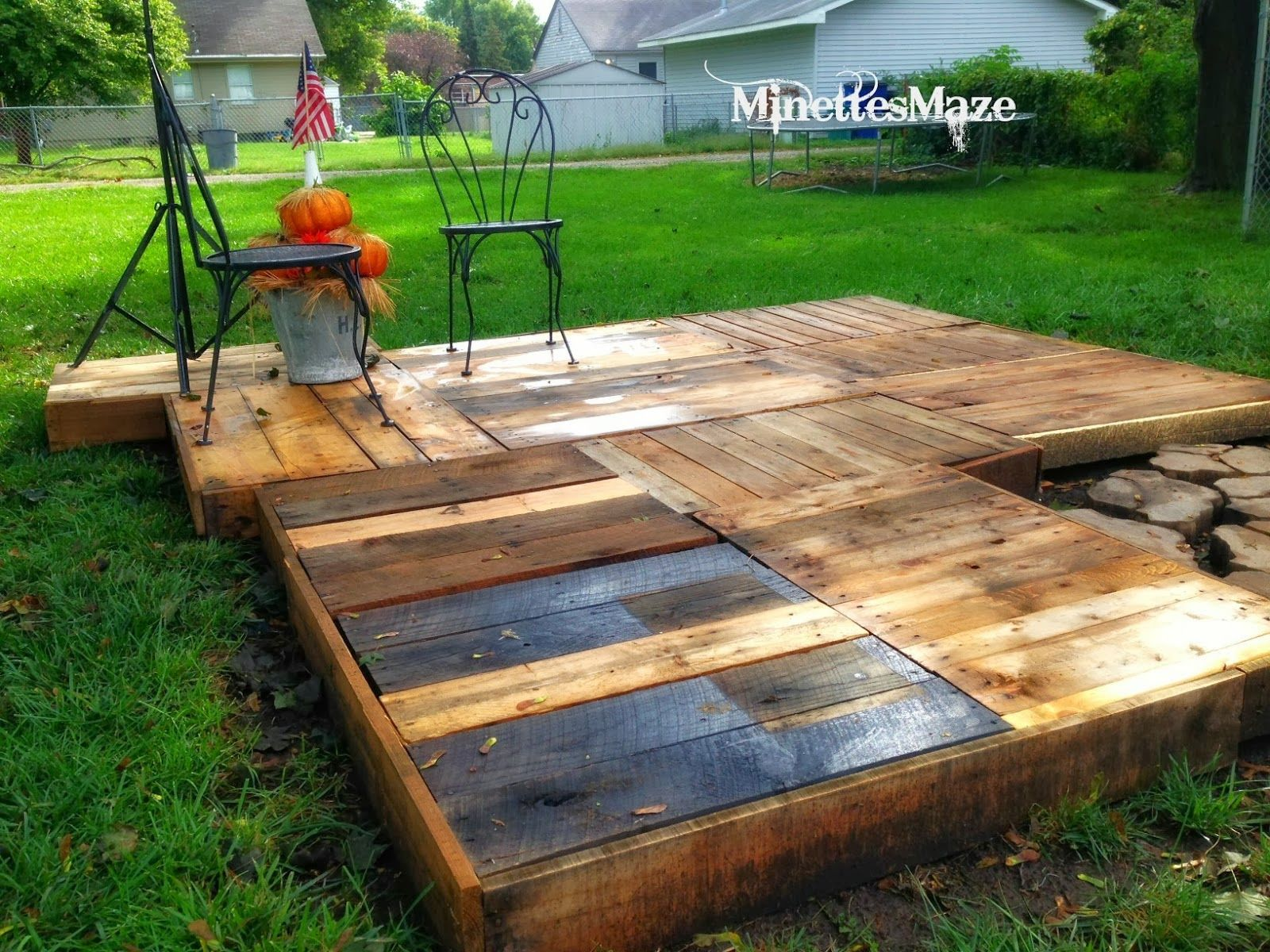 Make your own outdoor pallet deck by minettes maze for Garden decking ideas pinterest