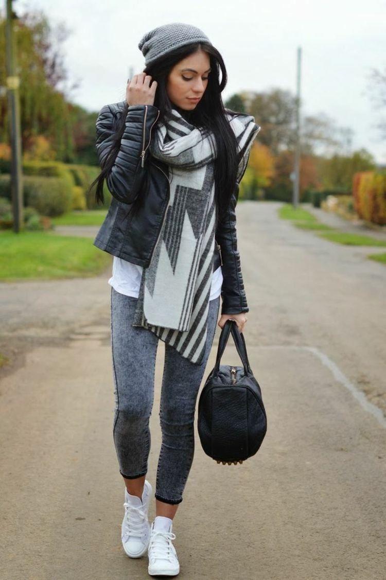 chaussures-tennis-femme-blanches-jeans-gris-veste-cuir-noir