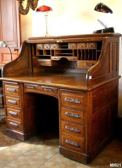 """Bureau à cylindre de type dos d'âne vers 1930, de marque """"STANDARD"""", rideau coulissant, poignées sculptées, 8 tiroirs intérieurs partie haute, 2 tablettes; 8 tiroirs extérieurs, verrouillage automatique; chêne massif."""
