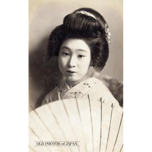An Almost Melancholic Image Of A Young Japanese Woman With A Traditional Japanese Hairstyle Holding A Japanese Hairstyle Womens Hairstyles Japanese Short Hair