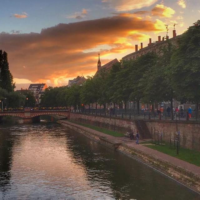 Coucher de soleil sur l'Ill à Strasbourg. #coucherdesoleil #sunset #france_bestsunset #strasbourg #alsace #visitfrance #welovealsace #jaimelafrance #igersalsace #igerstrasbourg #igersfrance #sky #ill #francetourisme @jaimelafrance