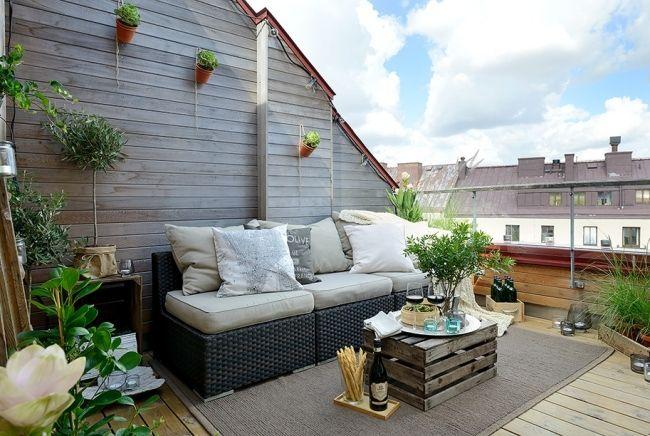 Balkon Dachwohnung Weinkiste Beistelltisch Rattan Sofa Pflanzen