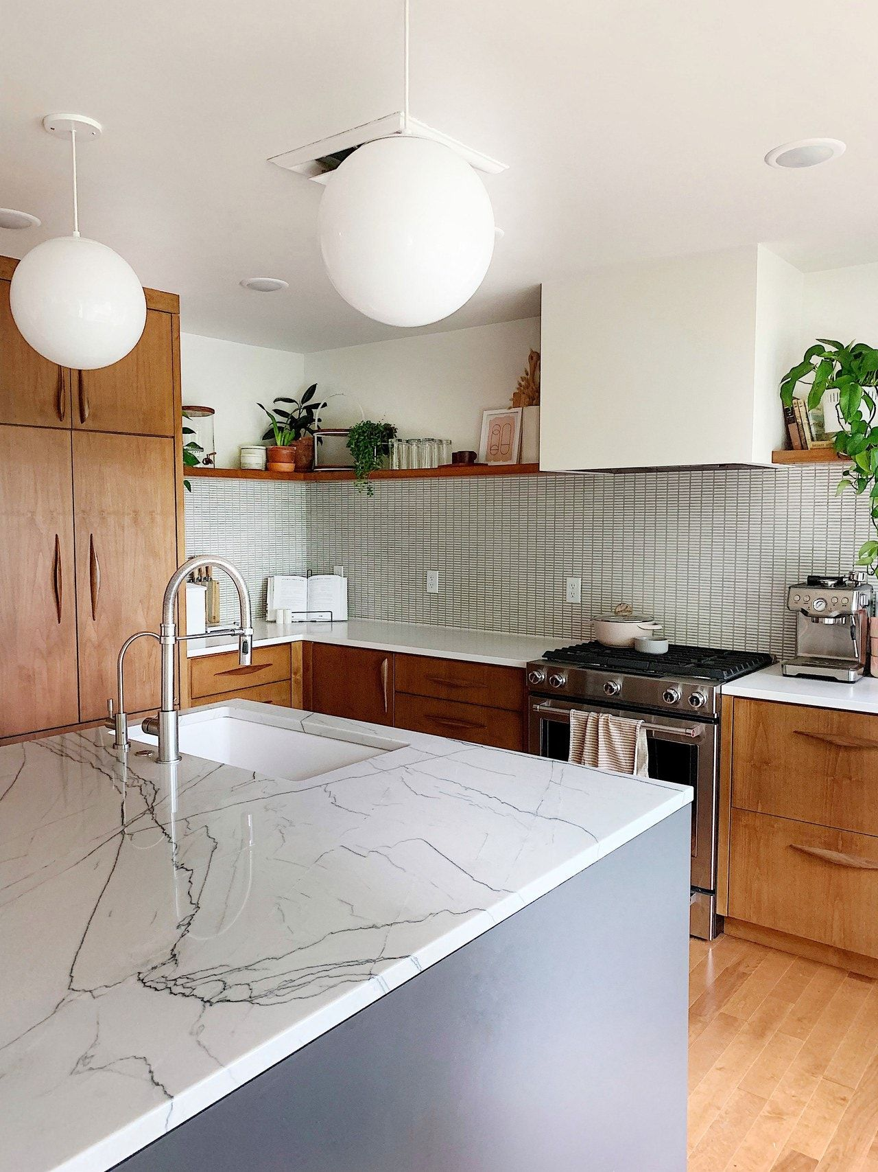 A Lovingly Remodeled Midcentury Modern Kitchen in 2020 ...