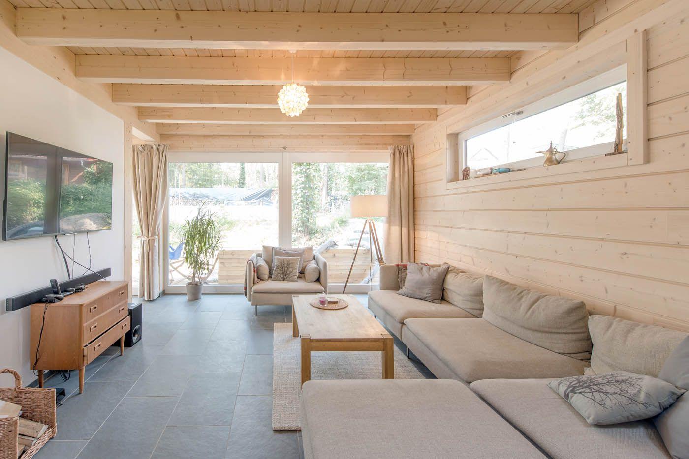 ... Une Maison Moderne Inspirée Par La Construction Traditionnelle En  Poteau Poutre. Lu0027aménagement Intérieur Est Du Design Scandinave Simple Et  Fonctionnel.