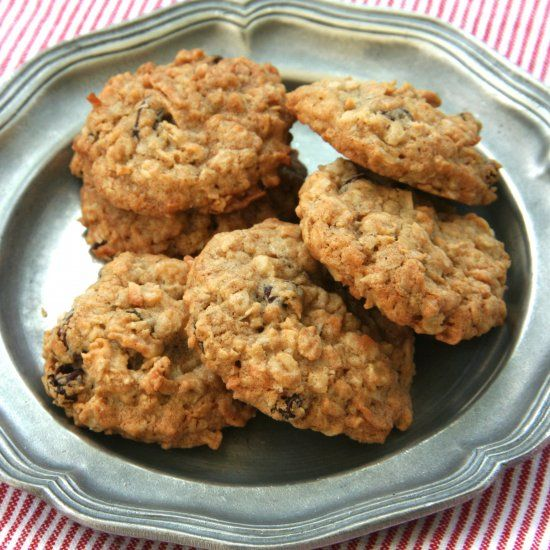 Perfect Oatmeal Raisin Cookies- sweetened with maple syrup and chewy from shredded coconut.