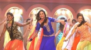 #Kareena Kapoor dancing to amazing beats of Gori tere ...