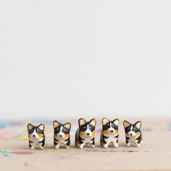 Le Playful Corgi Totem Tricolor Doodles By Le Animale Figuras De Madera Figuras De Tricolores