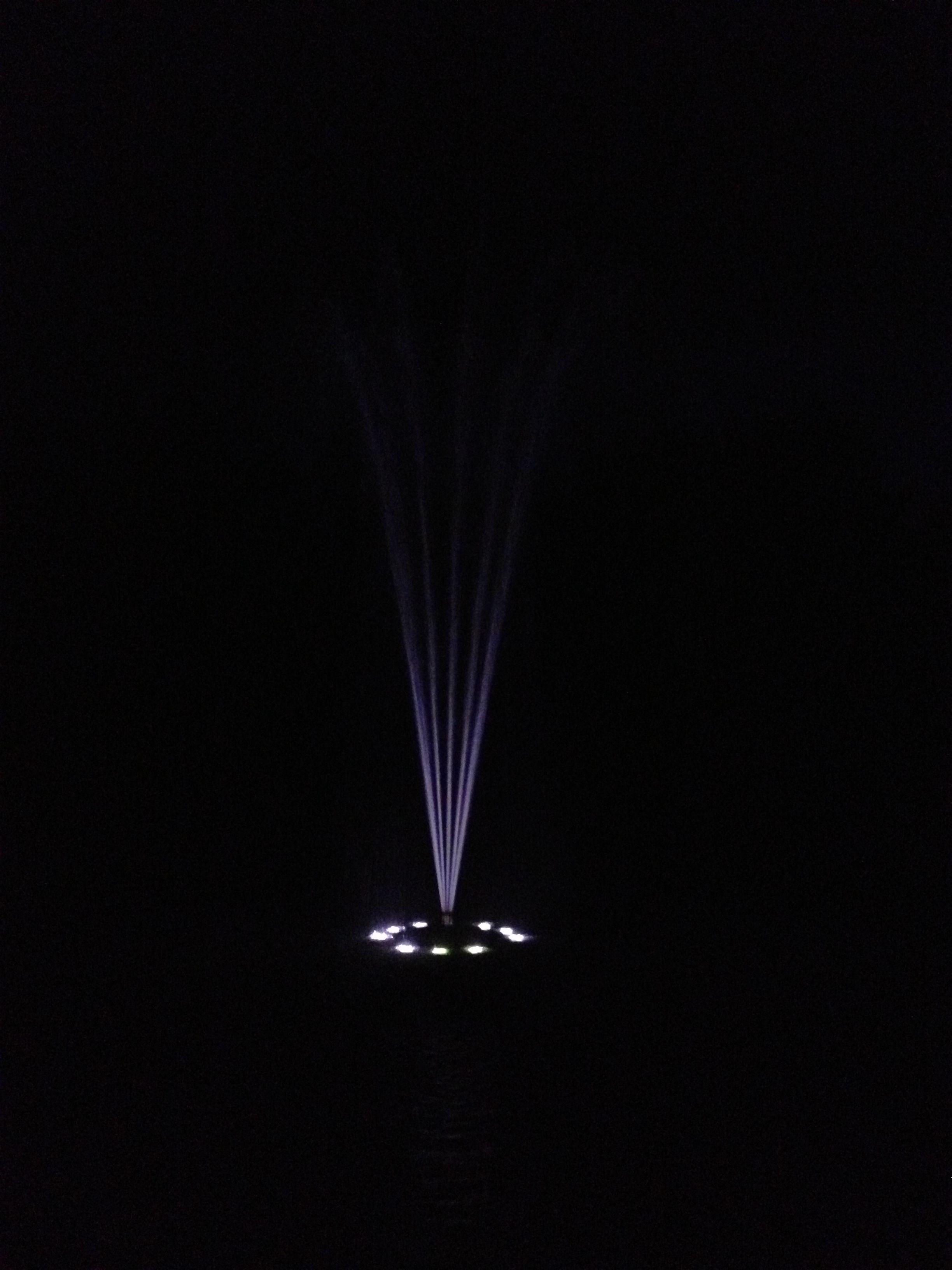 Wasserspiel Mit Beleuchtung. Die Schwimmende Einheit Treibt Sanft Auf Der  Wasseroberfläche Uns Zieht Mit Der Vulkanfontäne In Ihren Bann.