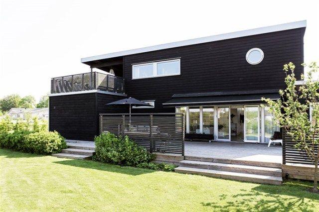 Une maison en bois en noir et blanc