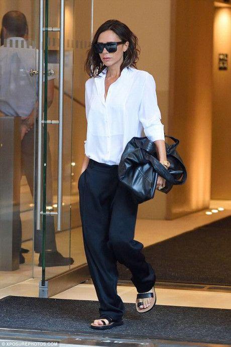 Victoria Beckham 'thả rông' lộ rõ núm hoa vòng một - Ảnh 6