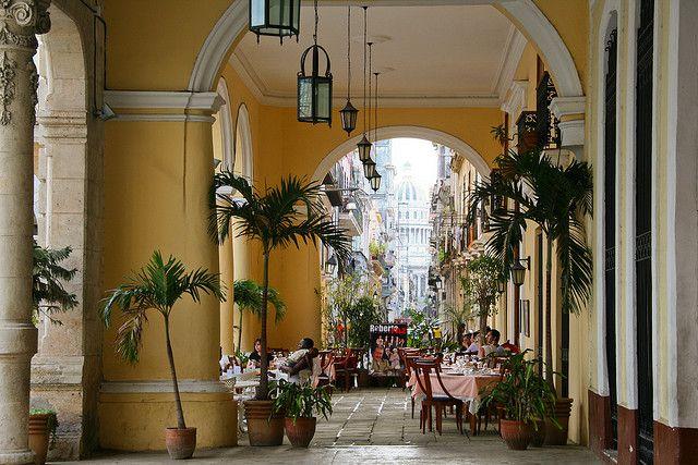 Plaza Vieja in Havana, Cuba (by maluni).