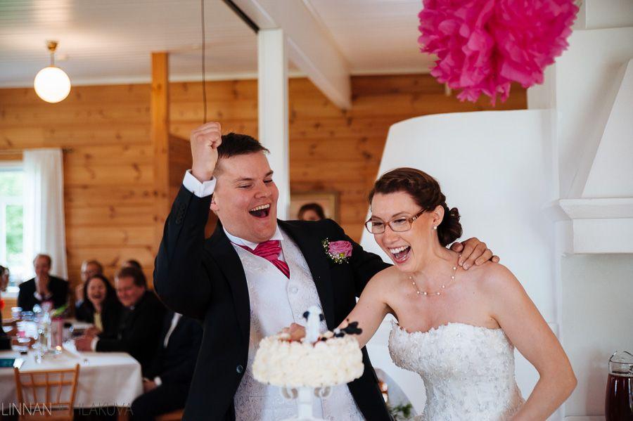 Hääkakku. Cake cutting. Weddings. Hääkuvaaja Tyrnävä. Hannuksen Piilopirtti.