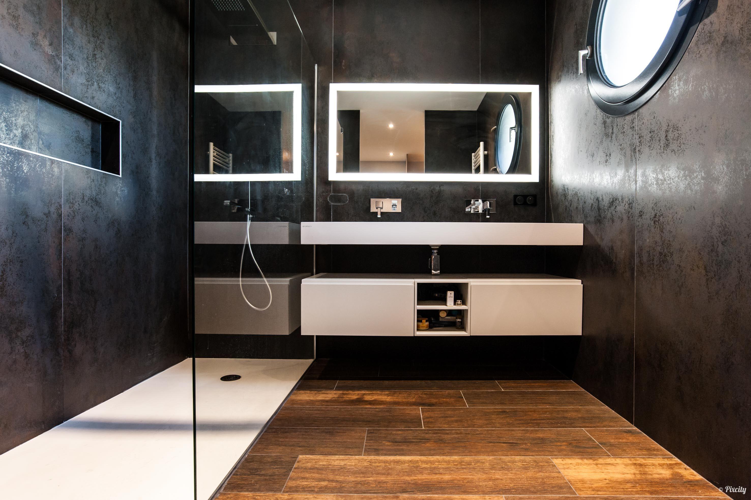 Salle d\'eau moderne noire et carrelage imitation bois en ...