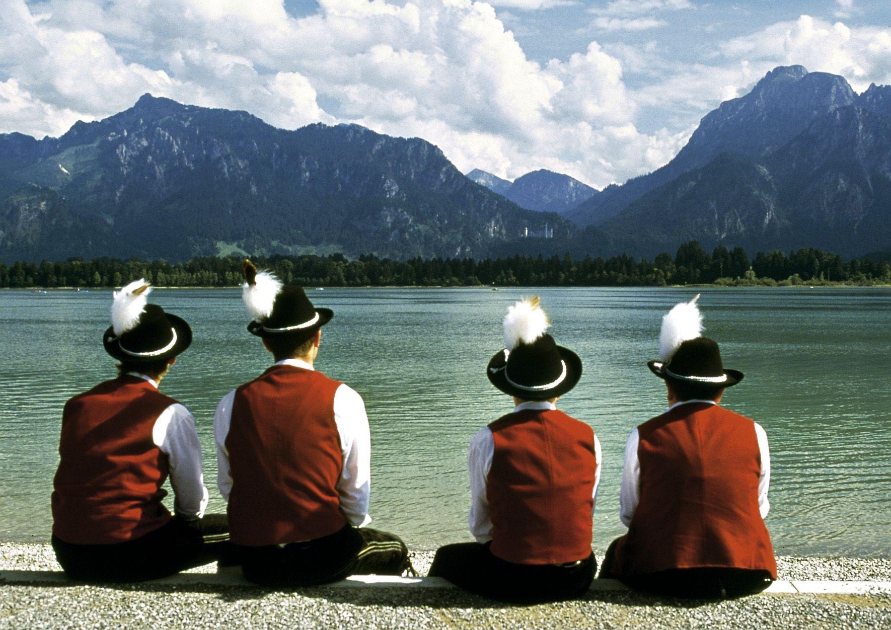 Trachtler Am Ufer Des Forggensee Mit Blick Auf Schloss Neuschwanstein Bayern Bavaria Tracht Tradition Neuschwanstein Forggensee Bayern
