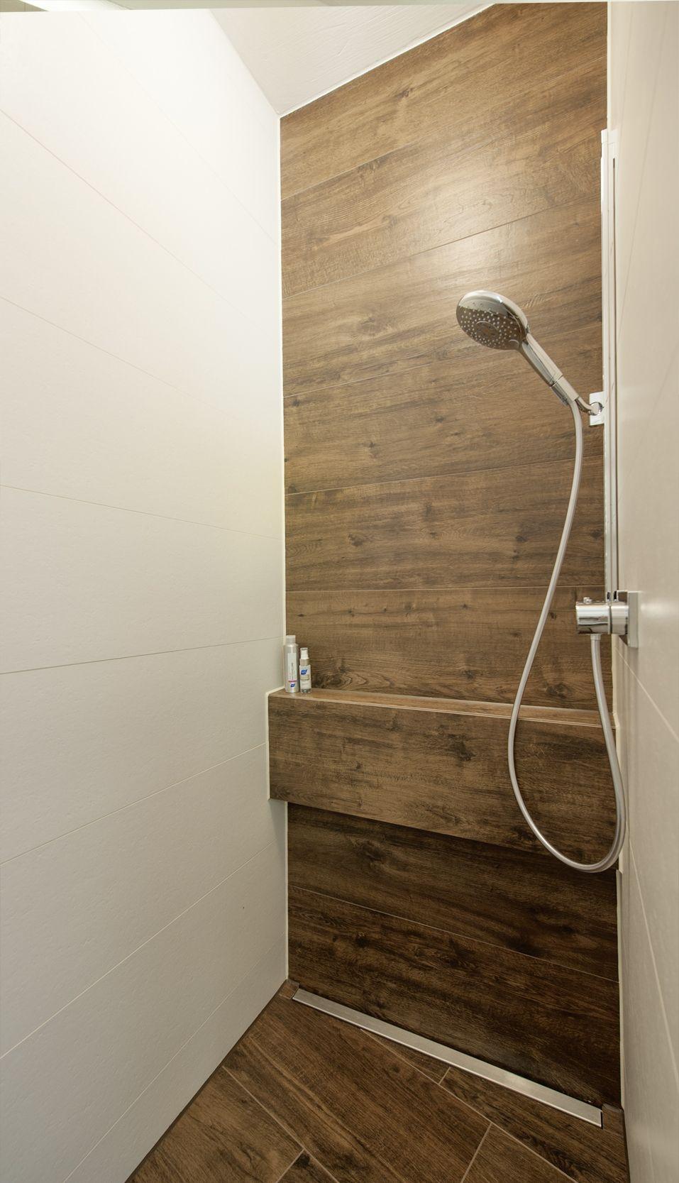 Frei Begehbare Dusche Mit Bodenebenem Einstieg Massgefertigte Wandhangende Badmobel Korpus Pf Begehbare Dusche Fliesen Holzoptik Bad Badezimmer Inspiration