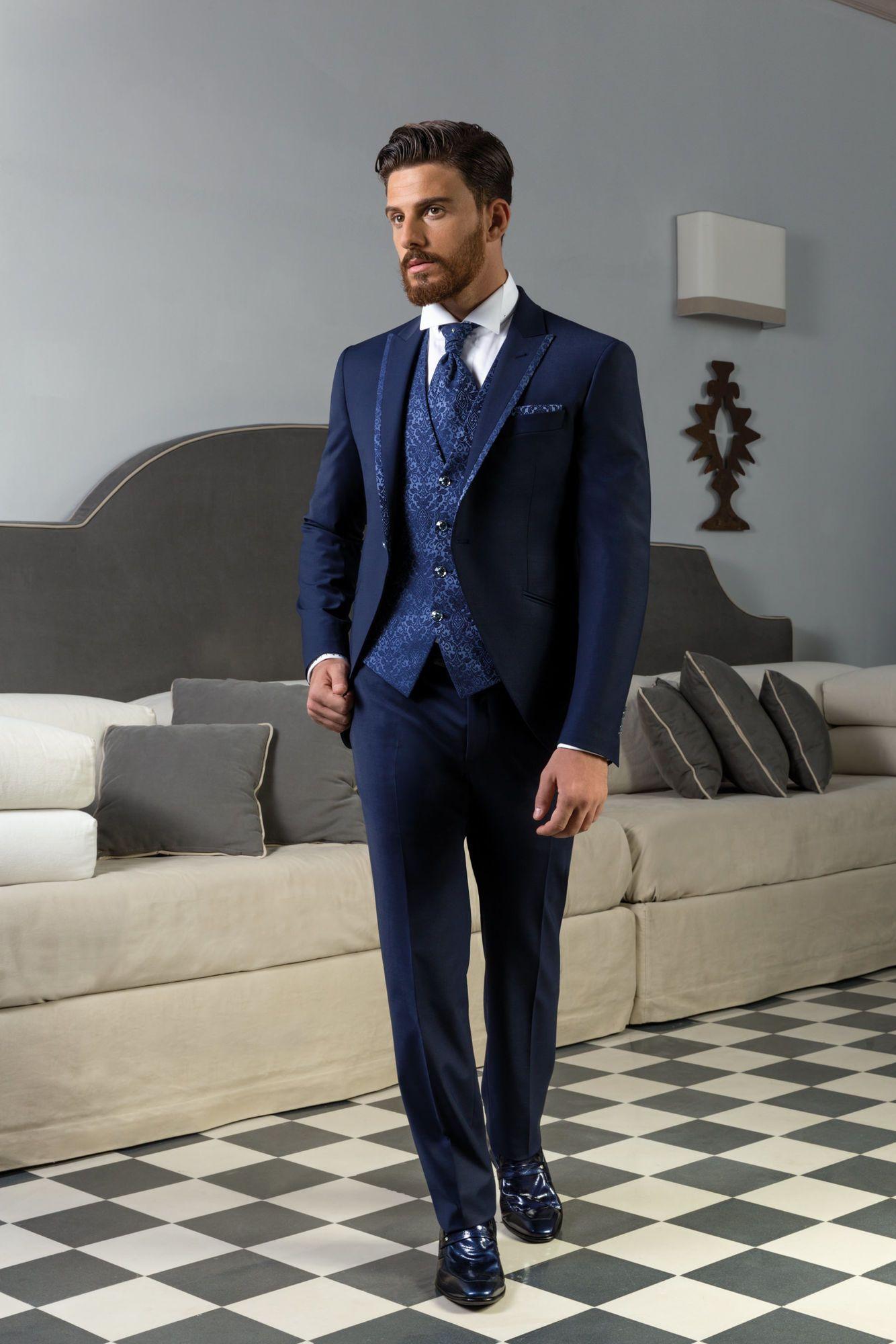 71e2f1153ac4 Vestito da sposo blu marino con giacca stondata