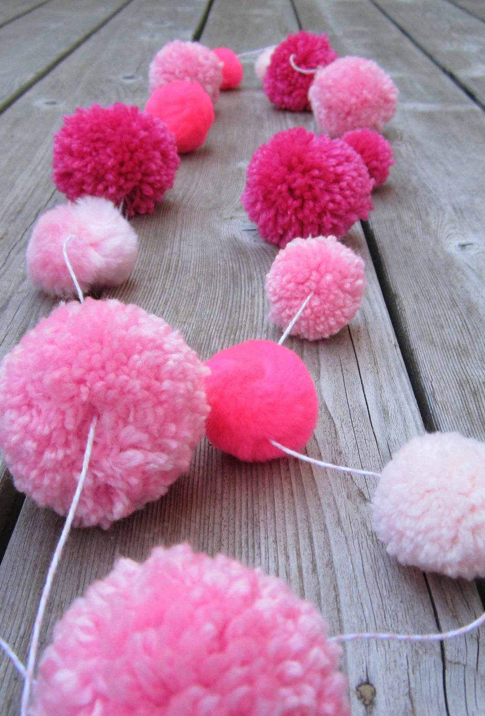 use up yarn scraps in pom pom garlands yarn scraps pinterest pompons ponpon et banni re. Black Bedroom Furniture Sets. Home Design Ideas