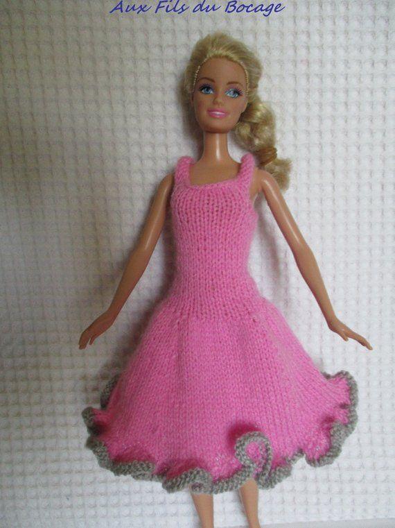 Articles similaires à Vêtement pour Barbie Robe au tricot en laine rose. sur Etsy