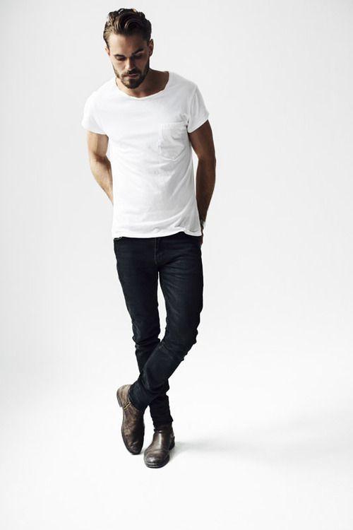 Den Look kaufen: https://lookastic.de/herrenmode/wie-kombinieren/weisses-t-shirt-mit-rundhalsausschnitt-schwarze-enge-jeans-dunkelbraune-chelsea-stiefel-aus-leder/19187   — Weißes T-Shirt mit Rundhalsausschnitt  — Schwarze Enge Jeans  — Dunkelbraune Chelsea-Stiefel aus Leder