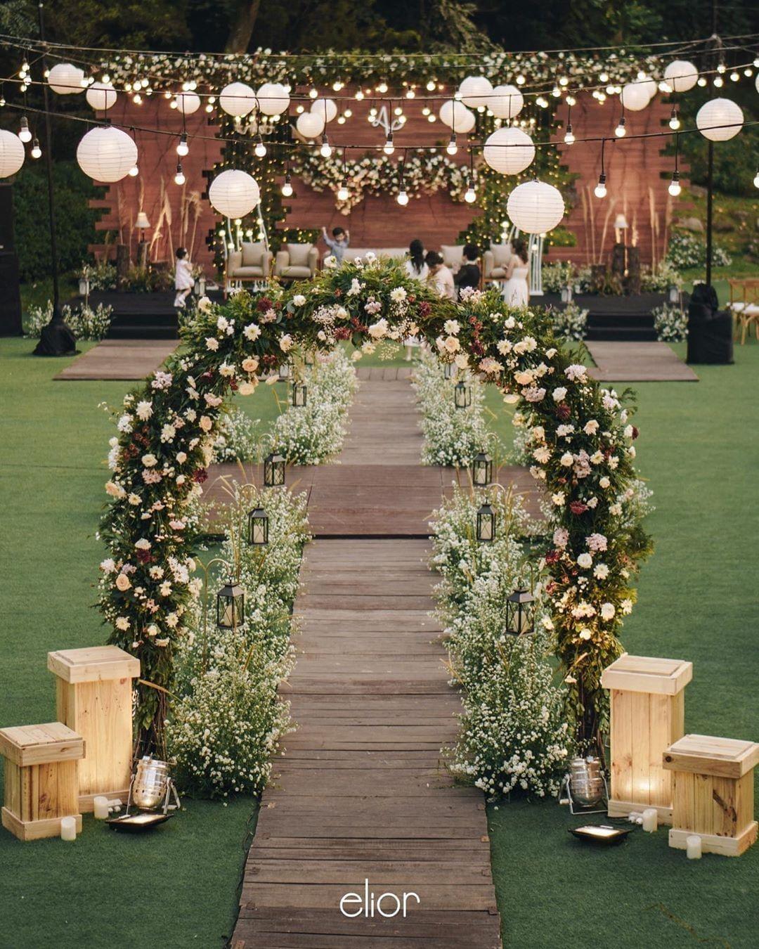 Outdoor Wedding Decoration With Lanterns Dekorasi Pernikahan Outdoor Dengan Lampion This In 2020 Outdoor Wedding Decorations Wedding Backdrop Design Outdoor Wedding