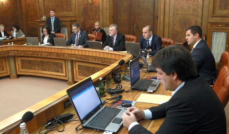 Усвојен предлог Закона о буџету за 2016. годину који као да су правили браћа Грим  БЕОГРАД – Влада Србије усвојила је данас Предлог закона о буџету за 2016. годину којим су планирани приходи у износу од 997,4 милијарде динара, а расходи 1.119 милијарди заокружено. Плани