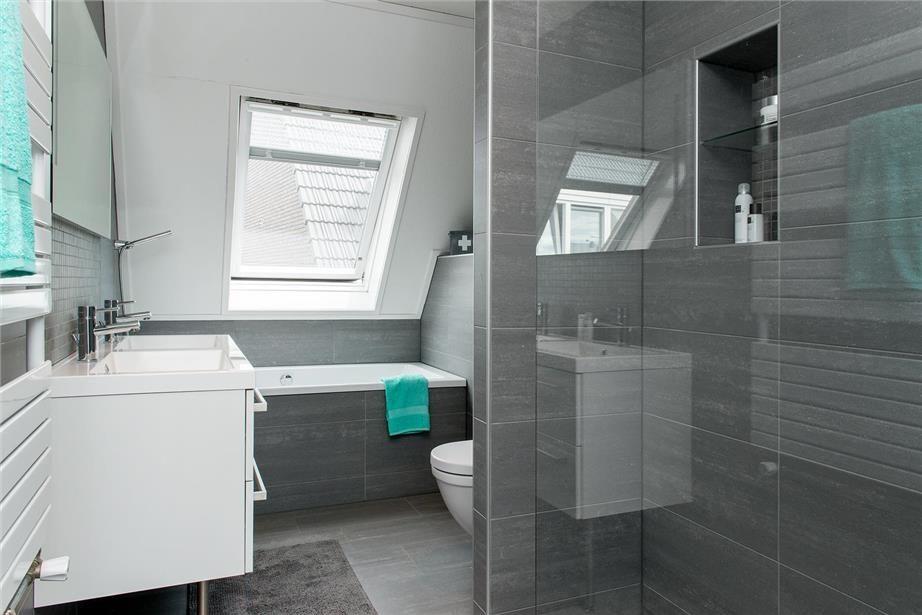 Inloopdouche Met Badkamerspecialist : Moderne kleine badkamer met ligbad dubbele wastafel toilet en