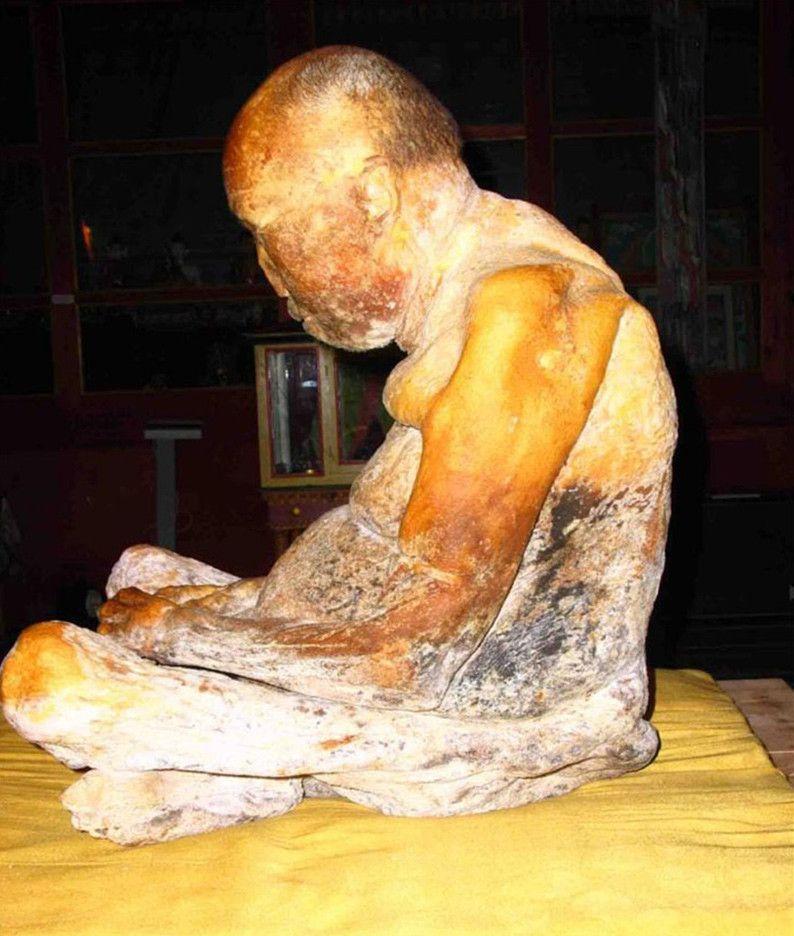 """Los restos del lama Itigilov fueron examinados en 1955 y 1973 y entonces los monjes observaron que no presentaba signos de descomposición. Tras observar nuevamente el cuerpo en 2002, los científicos aseguraron que parecía el de """"alguien que se hubiera muerto hace 36 horas"""". El cuerpo momificado del lama Itigilov se encuentra en un sarcófago de vidrio en el citado palacio."""