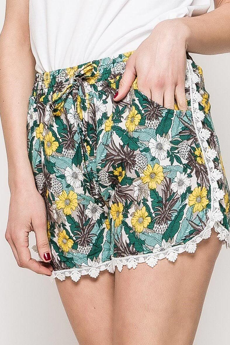 b743ff3083e1 Dámske zeleno-žlté kvetované kraťasy