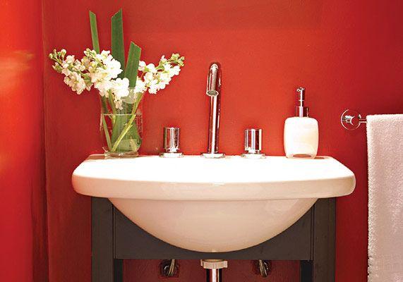 El color es tambi n protagonista indiscutible en el ba o que con paredes pintadas de rojo - Banos con paredes pintadas ...