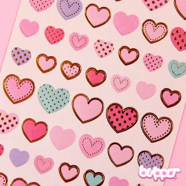 Tämä tarrasetti sisältää eri kokoisia ja värisiä kultakoristeisia sydäntarroja! Tarrat ovat täydellisiä kirjojen, vihkojen, korttien ja lahjojen koristeluun! Kultainen sydän ilahduttaa aina!