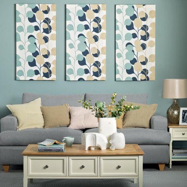 aménagement de salon avec un canapé en bleu clair et tableaux en ...