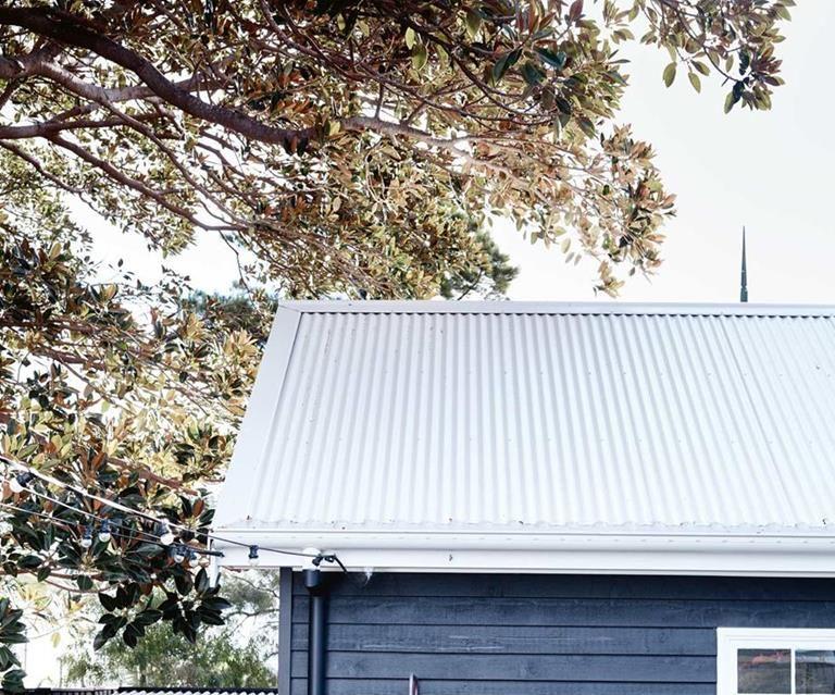 Hamptons X Country Style 5 Farmhouses To Inspire Coastal Farmhouse Beach House Decor Garage Door Styles
