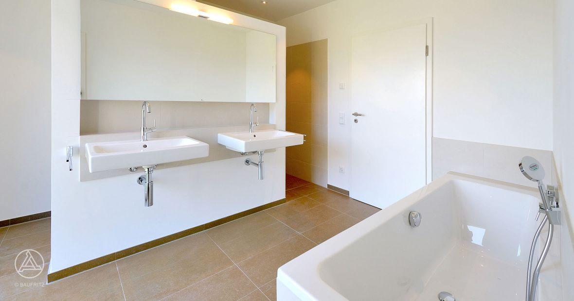 Geflieste Badezimmer, offene Dusche abgetrennt zum Waschbecken und ...